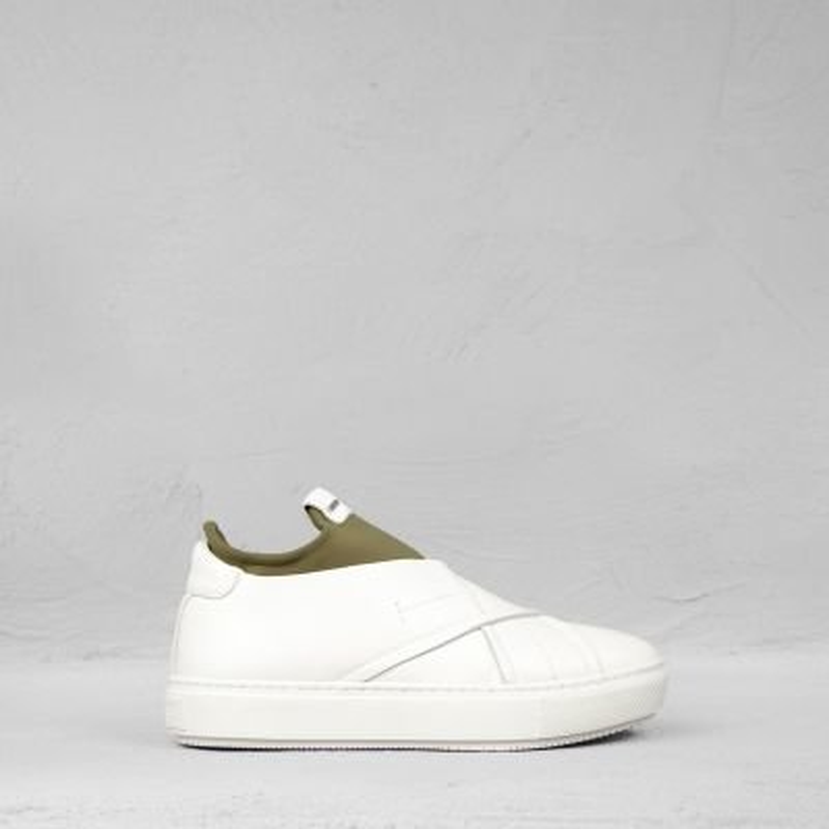Sneaker-met-sok-gladleer-wit-olijf